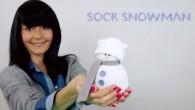 """Aspetta, non gettare i tuoi vecchi calzini bianchi. E' possibile riciclarli per farli diventare adorabili pupazzi di neve per tenere su il morale in questo freddo inverno. La bella gente di """"Handimania"""" è qui per mostrare come realizzare il pupazzo di neve. Pupazzo di neve con un calzino tagliato a […]"""