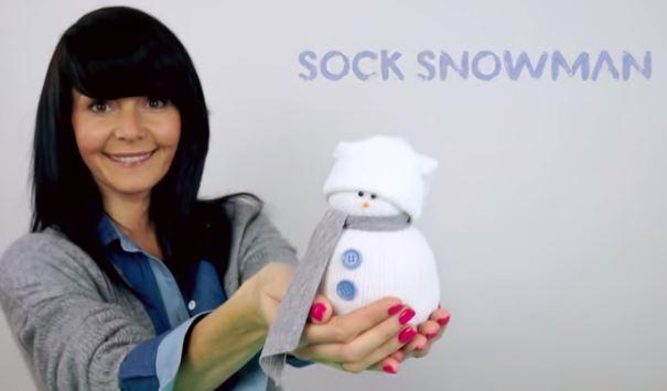 Pupazzo di neve realizzato con calzino tagliato a metà