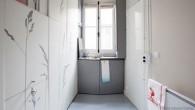 A Parigi all'interno dei bellissimi edifici Haussmann le piccole camere per le donne di servizio e i ripostigli per tanto tempo sono stati considerati spazi appartati e poco attraenti. Situati sempre al livello superiore sotto il tetto di questi edifici, sono caratterizzati dalle loro piccole dimensioni, con spazi interni rudimentali […]