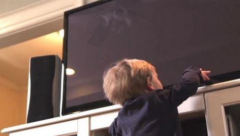 Ancorare il televisore per proteggere i bambini