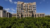 """Frank Gehry, uno degli architetti più famosi del mondo, è noto per i suoi progetti di costruzione molto particolari, il suo ultimo lavoro, l'edificio """"Dr Chau Chak Wing"""" è stato presentato ufficialmente la scorsa settimana a Sydney. Costruito in circa tre anni (vedi il video timelapse della costruzione dell'edificio), ospiterà […]"""