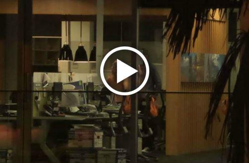 Sesso in ufficio coppia filmata dal pub di fronte