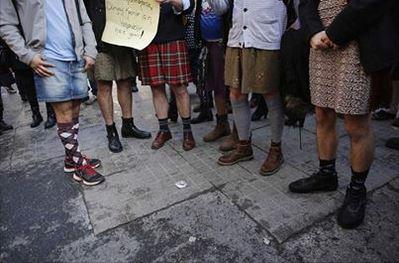 Uomini in minigonna solidali con le donne