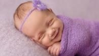 Sandi Ford a Londra è una premiata fotografa di bambini appena nati, ha scritto: «Quando ho iniziato a scattare fotografie di neonati, ho notato che durante una normale sessione, il bambino di tanto in tanto faceva uscire enormi sorrisi così contagiosi da squagliare un cuore. Oggi ho imparato a riconoscere […]