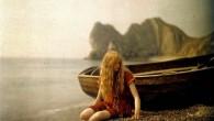 Mervyn O'Gorman aveva quarantadue anni quando sulla spiaggia di Lulworth Cove, nella contea inglese del Dorset ha scattato una serie di foto di sua figlia, Christina O'Gorman in costume da bagno rosso (clicca l'immagine per vedere altre foto). La scelta del colore rosso era particolarmente adatta al processo Autochrome, un […]
