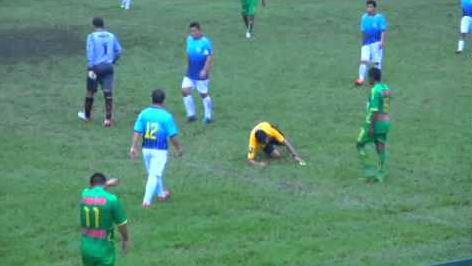 Arbitro Abraham Cosillo colpito con un calcio di kung fu