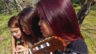 Tre sorelle, sei mani, trenta dita, una chitarra. Marga, Angelica e Jennifer dalle Filippine utilizzano il loro talento per rallegrare la nostra giornata con queste deliziose note prodotte con la chitarra classica. Immagino l'inizio delle tre sorelle con le lezioni base per impugnare la chitarra, tenerla appoggiata sopra la gamba […]