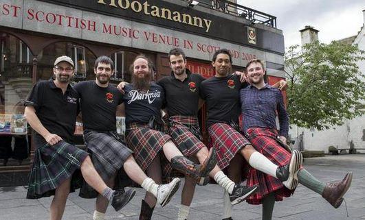Hootananny Inverness camerieri in kilt molestati dalle donne