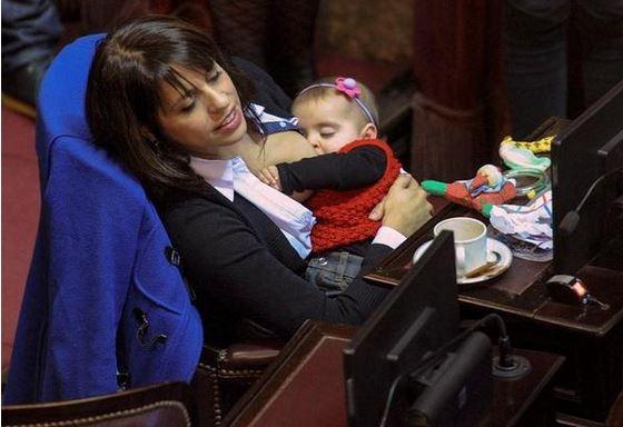 Victoria Donda Perez deputata argentina allatta la figlia in Parlamento