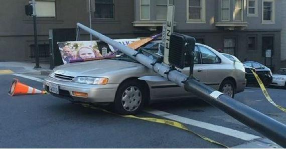 Lampione schianto su autovettura