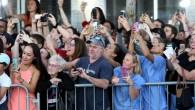 """Lo scatto è stato preso a Boston all'arrivo di Johnny Depp, protagonista di """"Black Mass"""" il film di Scott Cooper, mostra in modo brillante la differenza generazionale attraverso l'interazione che ogni persona ha con il proprio smartphone. C'è la signora anziana che pensa che la vita sia meglio quando non […]"""