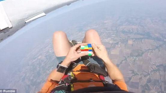 paracadutista cubo di Rubik