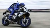 Motobot è uno stupefacente robot giapponese capace di guidare una vera moto! E' stato svelato da Yamaha al Motor Show di Tokyo, questo robot futuristico è in grado di mantenere il suo equilibrio, accelerare, frenare, curvare, cambiare marcia e trasmettere sul video ciò che vede. Yamaha senza rivelare la velocità […]