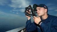 A volte la vecchia scuola è la cosa migliore. Nell'odierna Marina degli Stati Uniti, la navigazione di una nave da guerra con le stelle, invece del GPS è un ritorno alle origini. L'Accademia Navale alla fine del 1990 ha abbandonato l'insegnamento della navigazione astronomica, ritenendo questa abilità di difficile apprendimento […]
