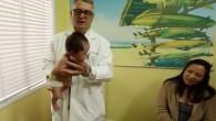 Vi è mai capitato di trovarvi di fronte a un bambino che piange e cercare di fare qualcosa per calmarlo? Un pediatra ha creato un video che dimostra una tecnica che ha ricevuto oltre 1,7 milioni di visualizzazioni su Youtube. Il Dott. Robert Hamilton, fondatore di Pacific Ocean Pediatrics a […]
