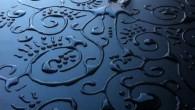 Aravis Dollmenna artista inglese, si diverte a trasformare l'acqua in vere e proprie opere d'arte. Per comporre i suoi mandala liquidi e altre forme più complesse, su sfondi semplici organizza le gocce una a una per evidenziare la semplicità del suo lavoro (clicca immagine per vedere altre foto). Aravis Dollemenna […]