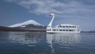 """Il Lago di Yamanaka ufficiosamente noto come """"Lago dei Cigni"""", è completamente circondato dal villaggio di Yamanakako, con le sue strutture per il canottaggio, la pesca, ristoranti e campeggio, è anche un habitat privilegiato per gli amanti degli uccelli, in particolare chi cerca di vedere i cigni (clicca immagine per […]"""