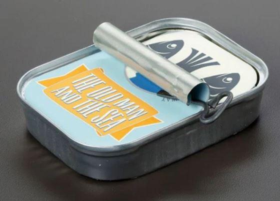 Scatola di sardine libro Il vecchio e il mare di Ernest Hemingway