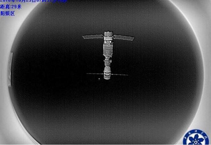 immagine-selfie-della-stazione-spaziale-cinese-fatta-con-il-microsatellite-banxing-2