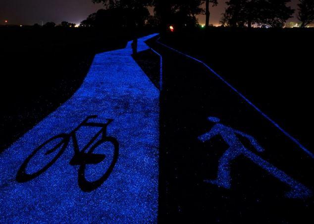 Pista ciclabile blu fluorescente