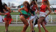 Silvia Muscas nel suo articolo fornisce dettagli sulla Melbourne Cup: «La Melbourne Cup si svolge nell'ippodromo di Flemington, lontano 20 minuti di metro dal centro, con una folla gremita di scommettitori e appassionati che può raggiungere le 120.000 presenze. La corsa è trasmessa in televisione ed è vista ogni anno […]