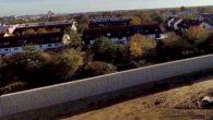 Neuperlach Süd alla periferia di Monaco di Baviera ha quasi completato la costruzione di un gigantesco muro di pietra con lo scopo di separare la popolazione locale da un centro per profughi che ospita circa 160 bambini non accompagnati. La barriera di 4 metri di altezza sarà più alta del […]