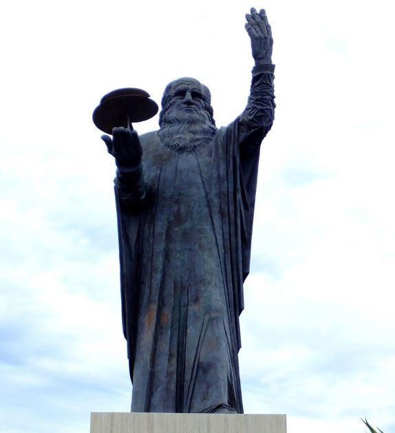 leonardo-da-vinci-aeroporto-statua