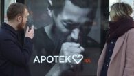 Un display pubblicitario in piazza Odenplan a Stoccolma induce a far girare la testa, non a causa di una foto provocante o un audace slogan, ciò che lo rende così unico è che tossisce ogni volta che passa un fumatore. Inizialmente appare normale con una fotografia in bianco e nero […]