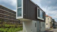 L'abitazione privata per una famiglia di tre persone, marito, moglie e figlia, si trova a Suginami nella città di Tokyo in Giappone. E' situata su sito triangolare tra un corso d'acqua e una strada, la bella casetta di 55 mq è stata progettata dallo studio di architettura giapponese Mizuishi Architects […]