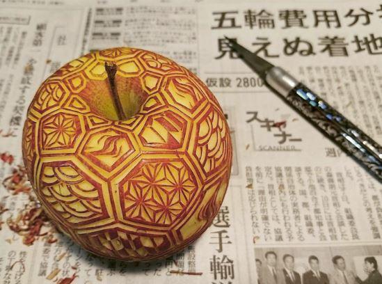 Mela intagliata dall'artista giapponese Gaku