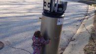 """Il vecchio scaldabagno abbandonato assomiglia molto a un robot, basta chiedere alla bambina nel video. Il suo nome è Rayna, l'incontro casuale con l'oggetto abbandonato è esilarante, si avvicina allo scaldabagno, dice di amarlo, con le sue ripete """"hi, wobot"""", """"I wuv you wobot"""", e lo abbraccia. Bisogna ammetterlo, lo […]"""