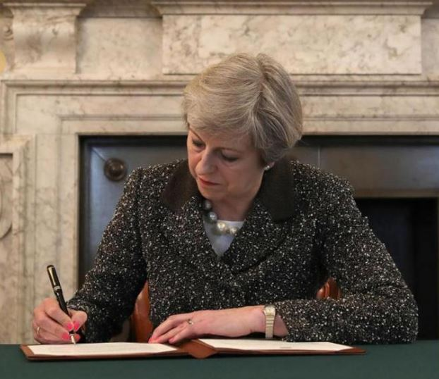 Theresa May firma Brexit