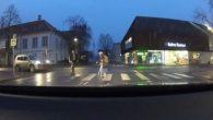 L'automobilista probabilmente avrebbe fatto meglio a restare nella sua auto, invece ha pensato che aiutare una vecchia signora è il classico gesto di compiere una buona azione. L'anziana donna con le stampelle camminando lentamente sulle strisce pedonali stava cercando di attraversare un incrocio a Kuressaare, in Estonia quando un automobilista […]