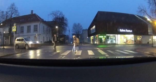 Automobilista dimentica freno a mano aiuta vecchia