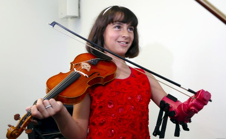 Isabella Nicola braccio protesico suona il violino