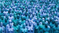 """L'installazione Mare di Hull(Sea of Hull) dell'artista Spencer Tunick noto per i suoi """"nudi collettivi"""", ha fatto notizia positiva in ogni angolo del globo. Le immagini mozzafiato di migliaia di corpi nudi dipinti di blu nelle strade di Hull hanno posto la città inglese sotto i riflettori dei media nel […]"""