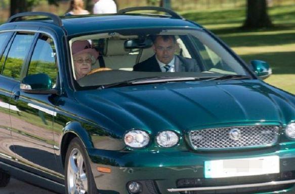 Regina Elisabetta guida macchina