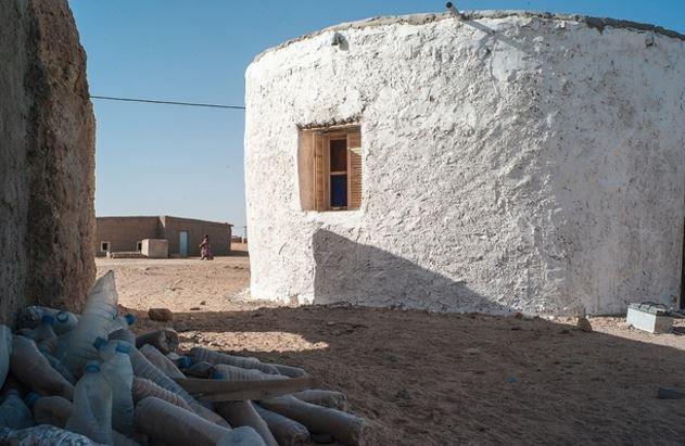 case costruite da Tateh Lehbib Breica con bottiglie di plastica