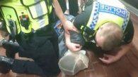 """Gli attivisti per i diritti umani hanno definito """"crudele e pericolosa"""" la decisione della polizia metropolitana di estendere l'uso del cappuccio anti sputi e morsi in tutta Londra, affermano che i cappucci che coprono completamente il volto, violano i diritti dei detenuti. La Commissione Indipendente per le Proteste contro la […]"""