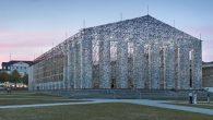 L'artista sudamericana Marta Minujin ha costruito una straordinaria replica del famoso Partenone di Atene con materiale edile non convenzionale: 100.000 libri. L'installazione si chiama Parthenon of Books (Partenone di libri), comprende 170 libri che sono stati censurati in tutto il mondo. E' parte di Documenta 14 è una delle più […]