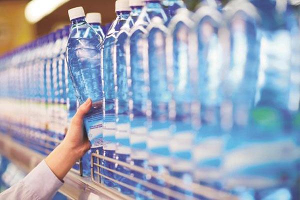 Acqua minerale bottiglie di plastica