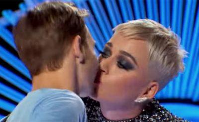 Katy Perry ruba un bacio a Benjamin Glaze
