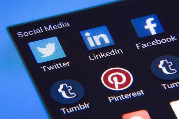 Falsi account social