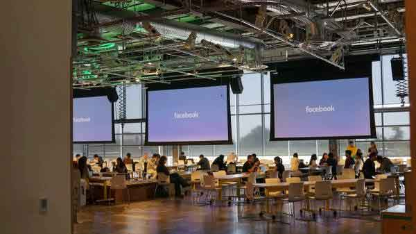 Facebook sala moderatori