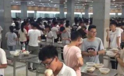 Mensa scolastica cinese senza sedie