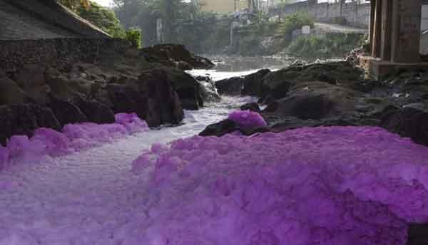 Fiumi asiatici inquinati tintura tessile